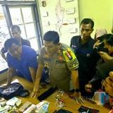 Polisi menunjukkan BB yang diamankan dari dua  penjambret yang dilumpuhkan kapolres Blitar Kotam