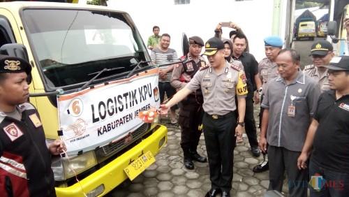 Prosesi pemberangkatan Armada pengangkut Logistik Pemilu oleh Kapolres Jember dari gudang KPUD ke Kecamatan di Jember (foto : Moh.  Ali Makrus / Jatim TIMES)