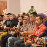 Puluhan pemohon sertifikat perizinan saat mendengarkan penjelasan dari Bupati Jember (foto : Moh.  Ali Makrus / Jatim TIMES)