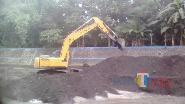 Situasi pengerukan di Dam Larangan dengan alat berat bego.