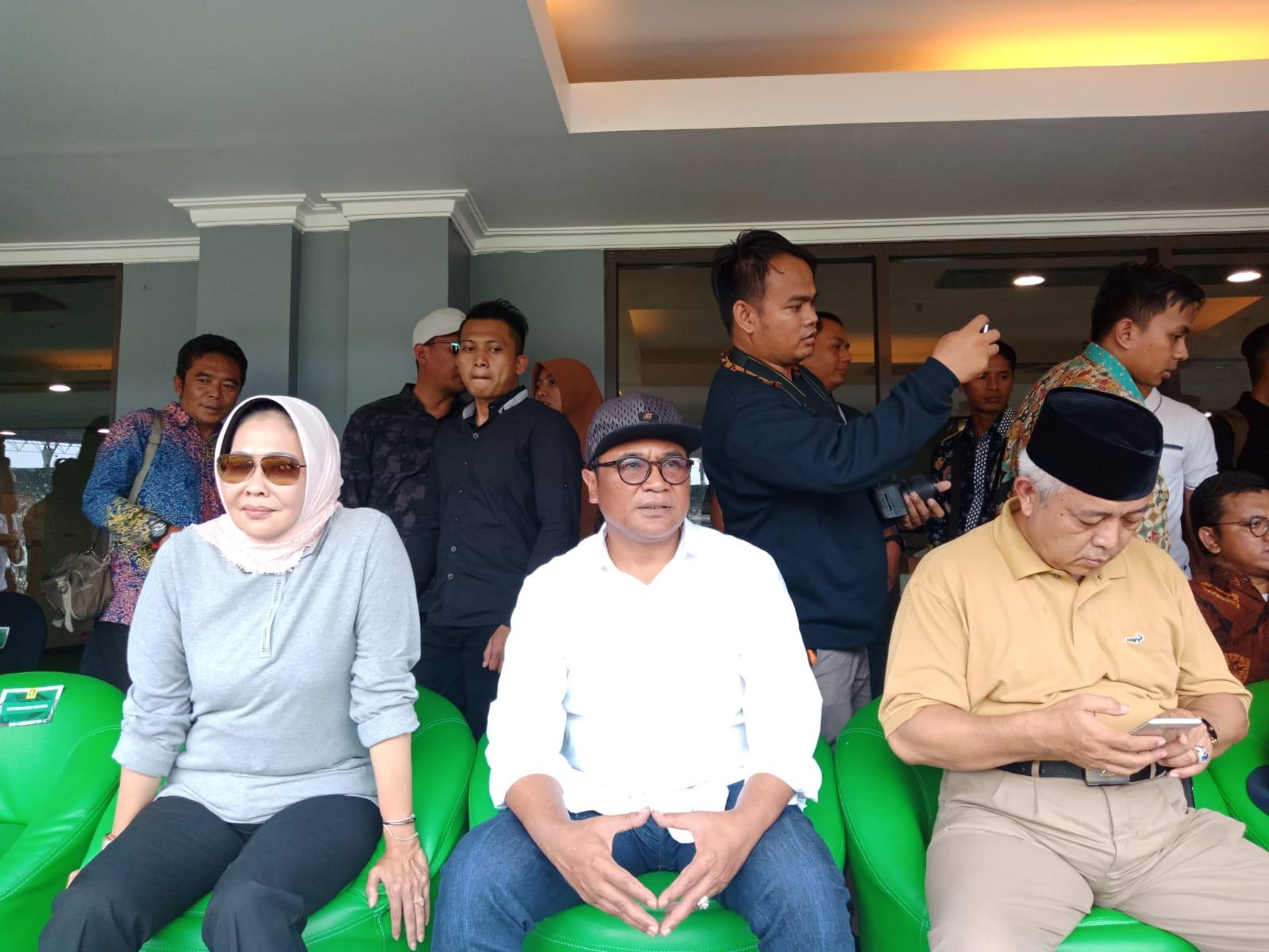 Sofyan Edy Jarwoko (kemeja putih) bersama Wali Kota Batu Dewanti Rumpoko (kiri) dan Wabup Malang Sanusi (kanan) ketika menyaksikan Arema FC berlaga melawan Persebaya di Gelora Bung Tomo, Surabaya. (istimewa)