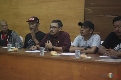 Ashari Komisioner KPU Kota Malang saat memberikan sambutan dalam konferensi pers di gedung Dispora Stadion Gajayana Kota Malang (Luqmanul Hakim/Malang Times)
