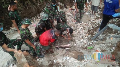 Penggalian motor milik warga yang tertimbun reruntuhan bangunan di salah satu titik bencana di Kecamatan Singosari, Kabupaten Malang.