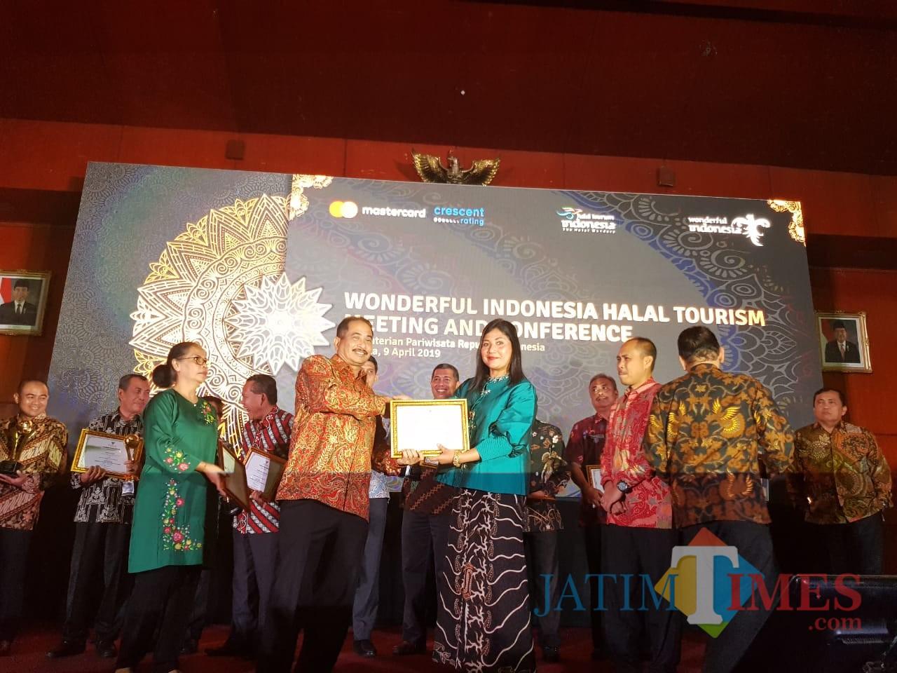 Kepala Disbudpar Kota Malang Ida Ayu Made Wahyuni menerima piagam Menteri Pariwisata Arief Yahya di Jakarta. (Foto: Dokumen MalangTIMES)