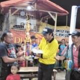 Perwakilan Tim Bola Volly New Jatayu Sport saat menerima Piala Kejuaraan Open Tournamen Bola Volly Karang Taruna Cup Desa Kalibaru Manis