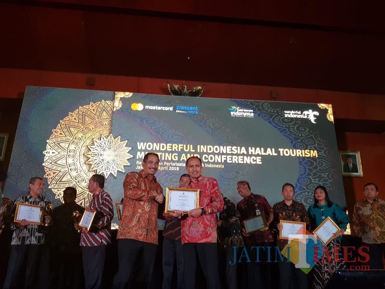 Plt Kadisparta Kota Batu Imam Suryono ketika menerima piagam penghargaan di Hotel Bidakara Jakarta. (foto istimewa)
