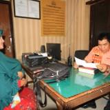 Siti Choiriyah saat melapor di SPKR Polresta Probolinggo  (Agus Salam/Jatim TIMES)