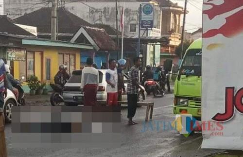 Jenasah Ari Bustomi sesaat sebelum dievakuasi ke kamar mayat RSSA Malang, Kecamatan Pakisaji (Foto : Pos Lantas Polsek Kepanjen for MalangTIMES)