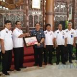 Plt Bupati Tulungagung Maryoto Birowo (baju biru) serahkan piagam kepada Kakan BPN Tulungagung Eko Jauhari. (foto : Joko Pramono/Tulungagungtimes)