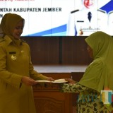 Bupati Jember drvHj Faida MMR saat menyerahkan SK pensiun kepada janda ASN beberapa waktu yang lalu. (foto : dokumen / Jatim TIMES)