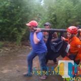 Petugas gabungan saat mengevakuasi jasad Sudarwanto dan Eko Saputro, korban yang meninggal saat berkunjung ke wisata coban glotak, Kecamatan Wagir (Foto : istimewa)