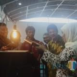 Gubernur Jawa Timur Khofifah Indar Parawansa saat membuka Pameran Tugas Akhir SMKN 12 Surabaya di JX Internasional Surabaya, Kamis (11/4).