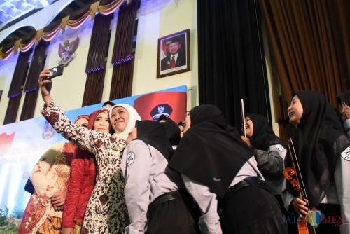 Gubernur Khofifah saat memimpin penguatan kepala sekolah (SMA, SMK, dan SLB) se-Jawa Timur.