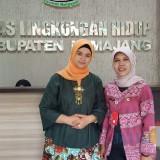 Istri Bupati Lumajang Ny. Musfarina Thoriqul Haq ketika berada di kantor DLH Lumajang bersama Plt Kepala DLH (Foto : Moch. R. Abdul Fatah / Jatim TIMES)