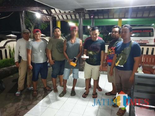 Teguh Supriadi dan Malik Tri Santoso  (tengah), tersangka kasus penadah barang hasil curian saat diamankan polisi. (Foto : Humas Polres Malang for MalangTIMES)