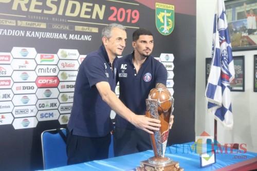 Milomir Seslija dan Arthur Cunha ketika memegang trophy Piala Presiden 2019 (Hendra Saputra)