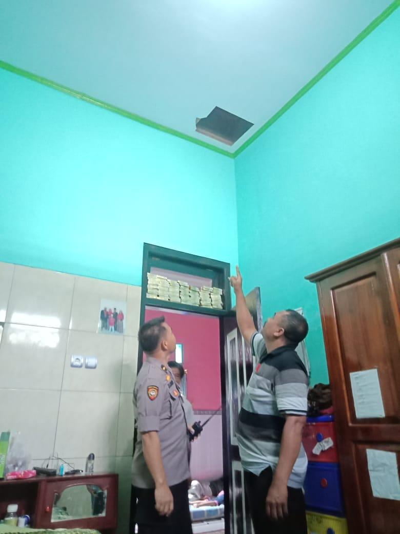 Petugas Polsek Cluring mengecek kamar rumah korban.