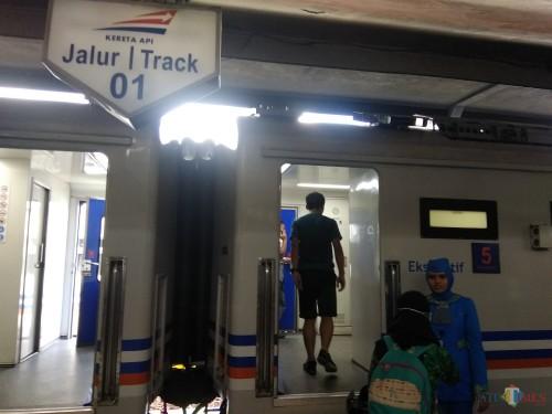 Suasana penumpang di Stasiun Malang Kotabaru. (Foto: Nurlayla Ratri/MalangTIMES)