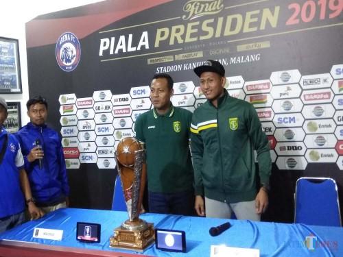 Asisten pelatih Persebaya, Bejo Sugiantoro (hijau kiri) saat berfoto bersama Abdul Rohim (Hendra Saputra)