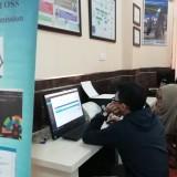 Warga sedang asyik menginput data usahanya di OSS dengan fasilitas kantor DPMPTSP Kabupaten Malang. (Nana)