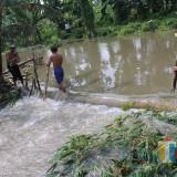 Tanggul Sungai Jebol, Petani Terancam Merugi dan Belasan Warga Mengungsi