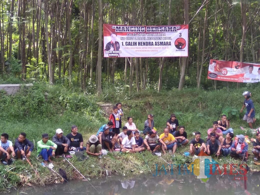 Kemeriahan mancing bareng Relawan Jokowi dan Mas Galih.(Foto : Team BlitarTIMES)