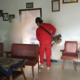 Fogging yang dilakukan oleh Dinas Kesehatan saat puncak penularan DB Februari lalu (foto:  Joko Pramono/JatimTIMES)
