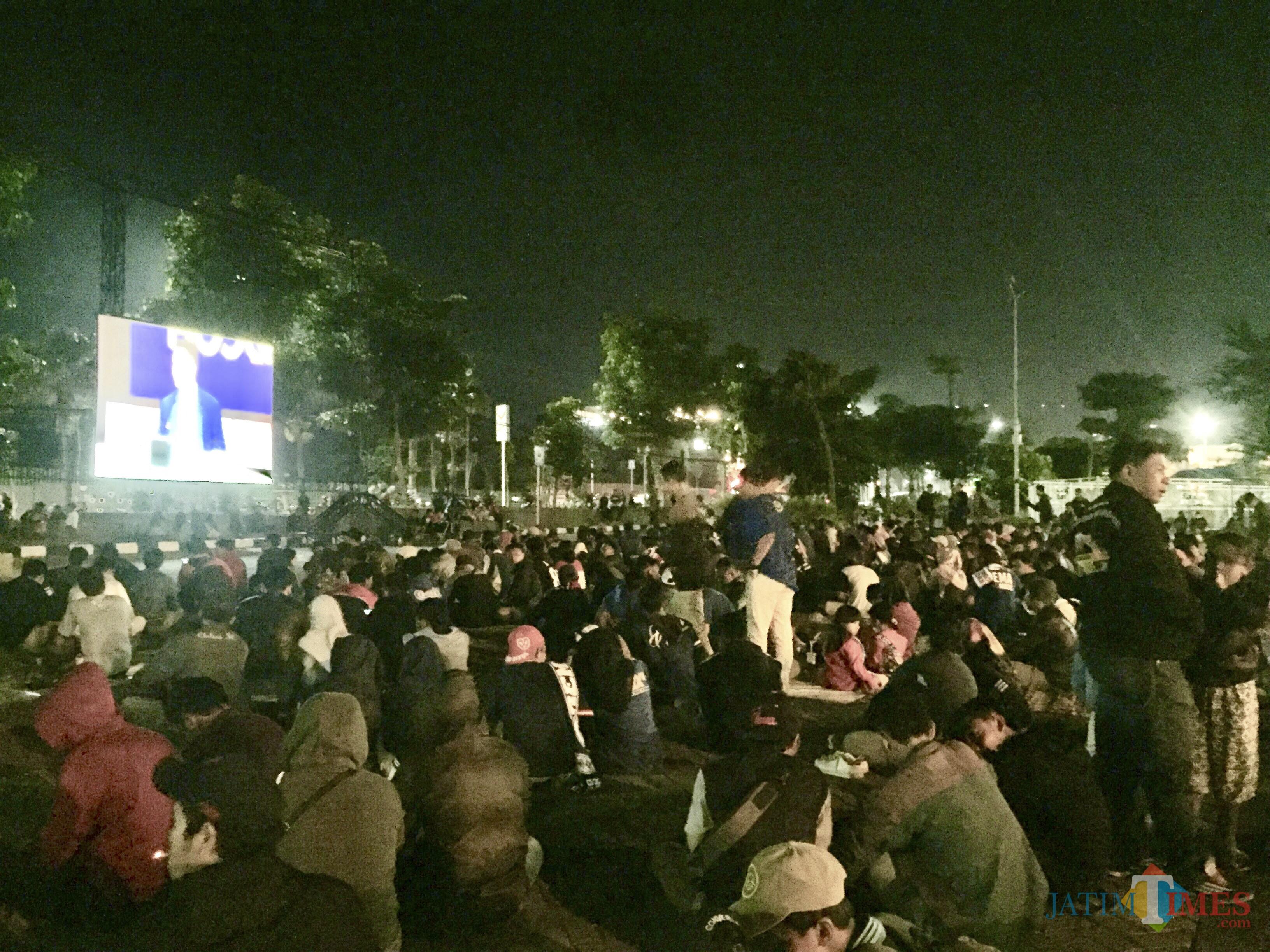 Suasana nobar di halaman Balai Kota Among Tani, Jumat (12/4/2019). (Foto: Irsya Richa/MalangTIMES)