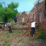 Kondisi salah satu rumah warga yang terkena angin puting beliung di Dusun Klaci, Desa Brodot, Kecamatan Bandar Kedungmulyo, Jombang. (Istimewa)