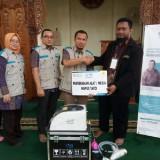 Manajer Operasional BMH Jatim gerai Malang, Sony Abdul Karim (Jaket hitam) menerima alat hapus tato dari manajer YBM PLN UP3 area Malang M. Eriyan Saputra yang di dampingi pengurus YBM PLN.