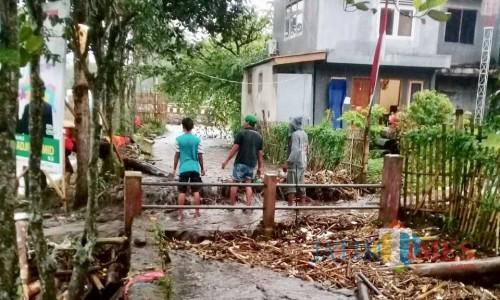Kondisi saluran air sungai yang tersumbat sampah di Kota Batu, Sabtu (13/4/2019). (Foto: Istimewa)