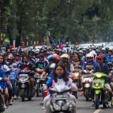 Para Aremania dan Aremanita yang konvoi melintas dari arah simpang balapan menuju jalan ijen (Luqmanul Hakim/Malang Times)