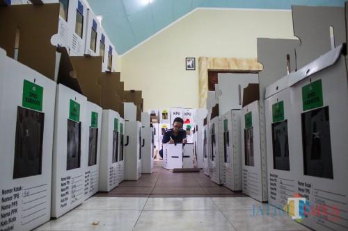 Pengemasan logistik yang dilakukan oleh PPK kecamatan Klojen Kota Malang (Luqmanul Hakim/Malang times)