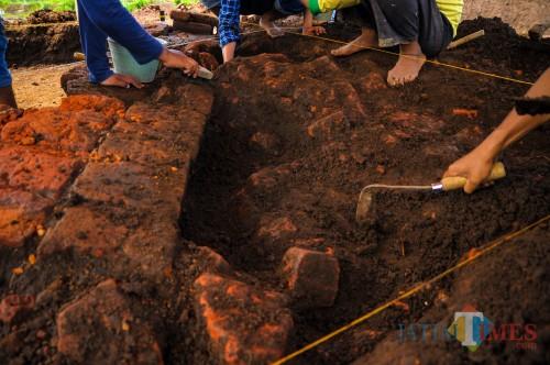 Proses ekskavasi lanjutan secara vertikal oleh tim balai arkeolog Yogyakarta di situs Sekaran (Luqmanul Hakim/Malang Times)