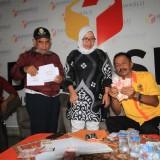 Sutanto (Mengenakan baju Kuning) Disaksikan komisioner Bawaslu (Perempuan) menunjukkan barang bukti  (Agus Salam/Jatim TIMES)