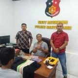 Tersangka sedang diinterogasi  petugas Polsek Banyuwangi