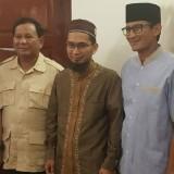 Ustadz Hidayat (tengah) foto bersama Capres dan Cawapres nomor urut dua, Prabowo Subianto (kiri) dan Sandiaga Uno (kanan) (Ustadz Adi Hidayat Official @Instagram)