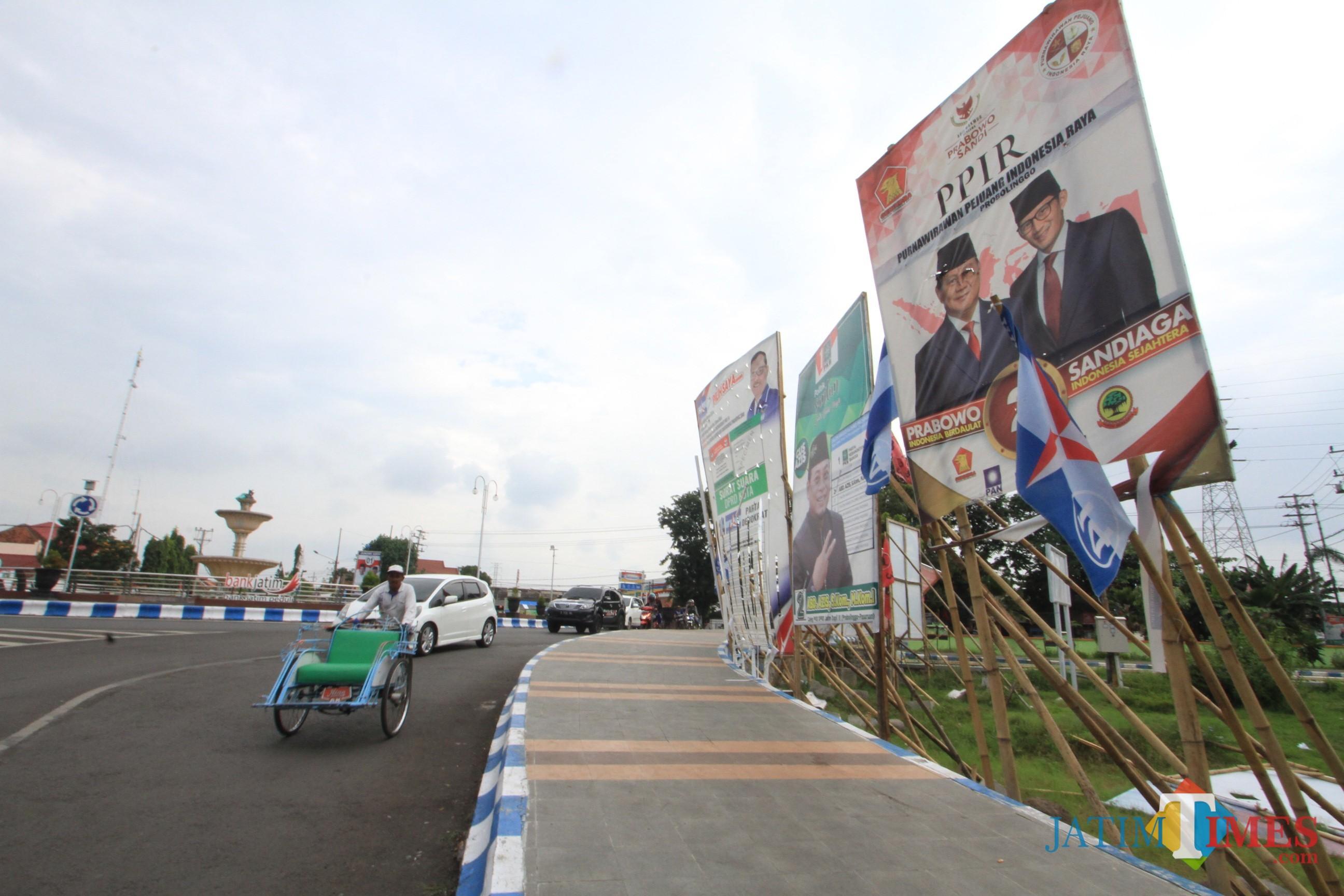 APK di bundaran Gladag Serang, belum diturunkan mesku sudah massa  tenang(Agus Salam/Jatim TIMES)