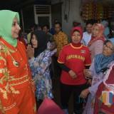 Bupati Jember dr. Hj. Faida MMR berdialog dengan pedagang disela-sela kunjungan kerjanya (foto : istimewa / Jatim TIMES)