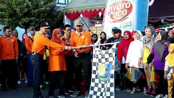 Bupati Kediri Hj Haryanti Sutrisno memberangkatkan para peserta jalan sehat. (eko Arif s /JatimTimes)
