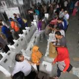 Kesibukan di gudang KPU, sejunlah KPPS sibuk memasukkan keperluan pencoblosan ke kotak suara sebelum disegel (Agus Salam/Jatim TIMES)