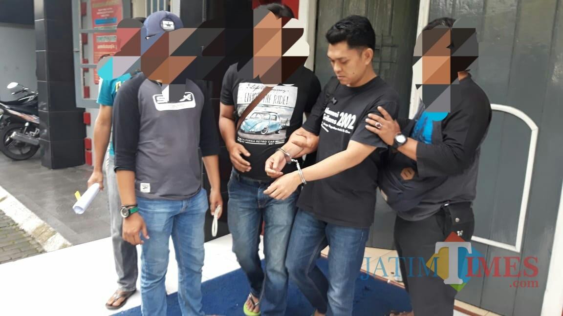 Nopian, di borgol tangannya untuk menjalani proses hukum di Mapolres Tulungagung / Foto : Dokpol / Tulungagung TIMES