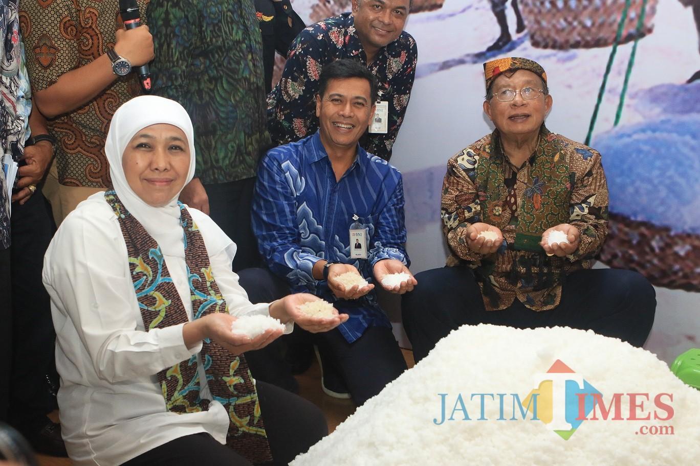 Gubernur Jatim Khofifah Indar Parawansa dalam penyaluran KUR Garam Rakyat di Lapangan Bunder, Kecamatan Pademawu, Kabupaten Pamekasan, Sabtu (13/4).