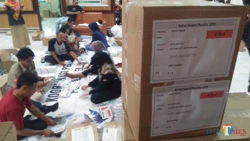 Proses pelipatan surat suara di kantor KPU Kota Malang (Luqmanul Hakim/Malang Times)