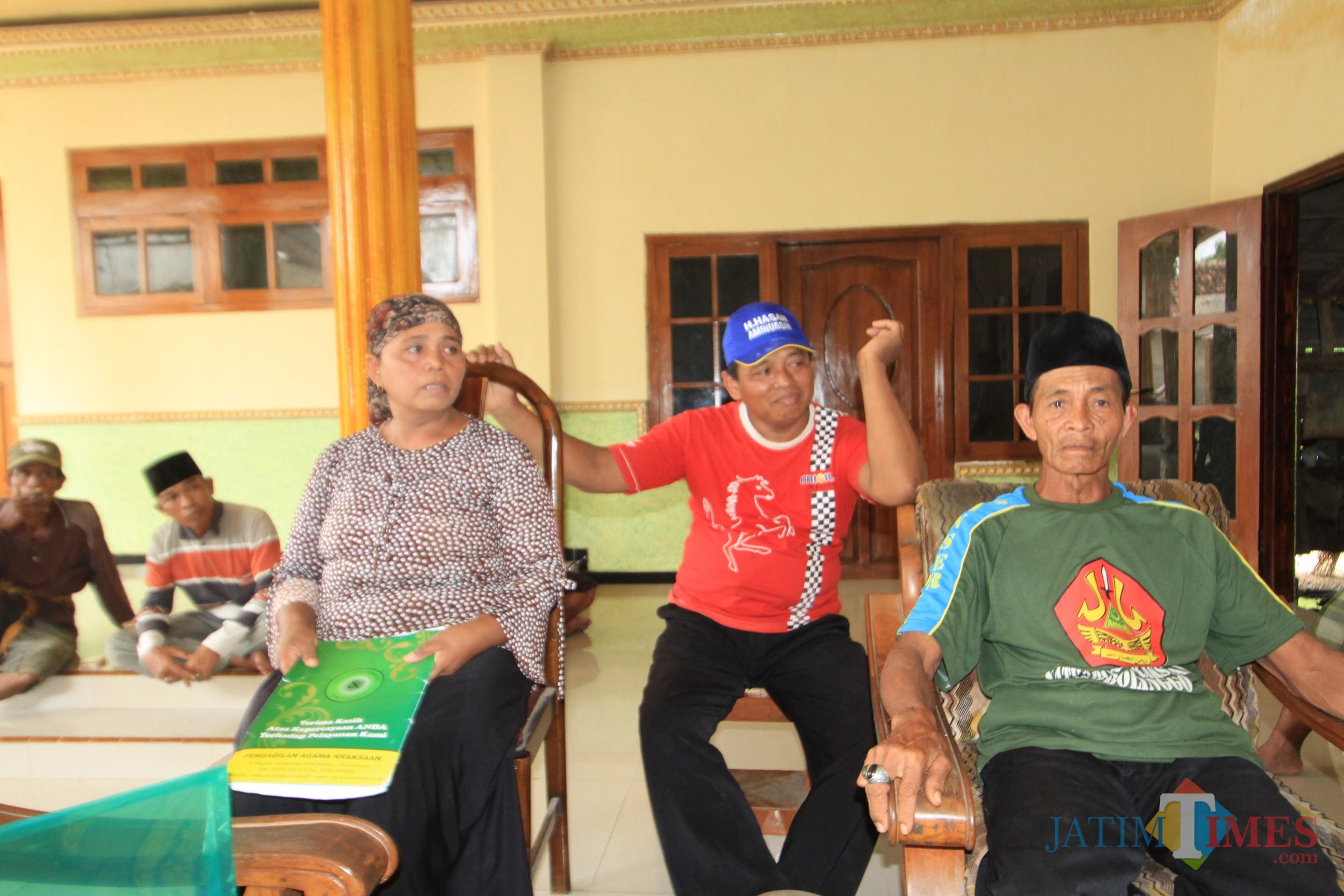 Sapu bersama dua saudara kandungnya saat menjelaskan kasusnya ke sejumlah wartawan (Agus Salam/Jatim TIMES)