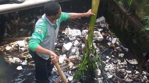 Satgas DPUPR yang membersihkan saluran drainase (DPUPR)