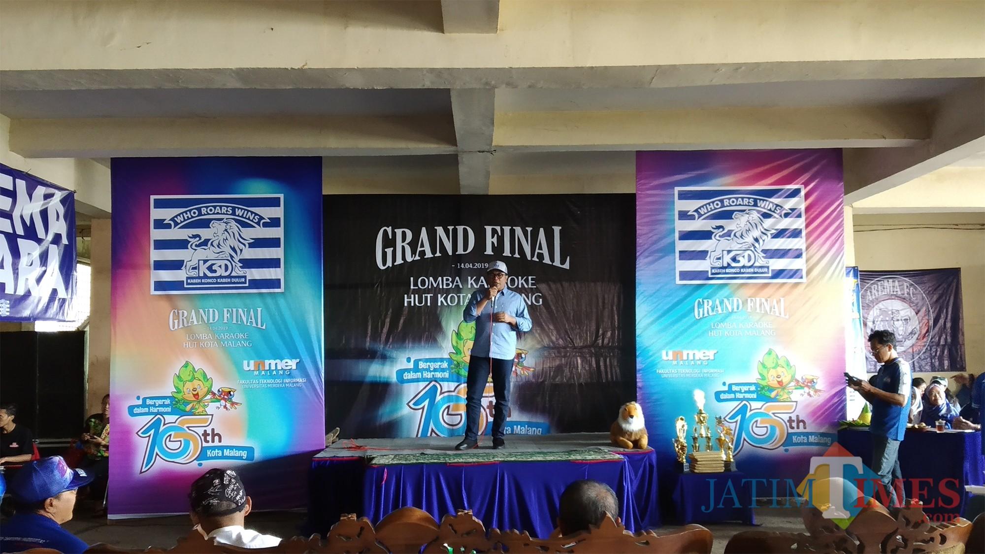 Wakil Wali Kota Malang Sofyan Edi Jarwoko saat memberikan sambutan dan menyanyikan sebuah lagu dalam kegiatan grand final lomba karaoke HUT Kota Malang.(Pipit Anggraeni/MalangTIMES).