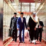 Setibanya Jokowi di�Bandara International King Khalid disambut�Gubernur Riyadh Pangeran Faisal bin Bandar Al Saud serta Menteri Perdagangan dan Investasi Arab Saudi Majid bin Abdullah Al Qasabi�(Foto: instagram @jokowi)