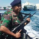Anggota TNI AL Banyuwangi melakukan patroli di sekitar Selat Bali, Senin pagi.