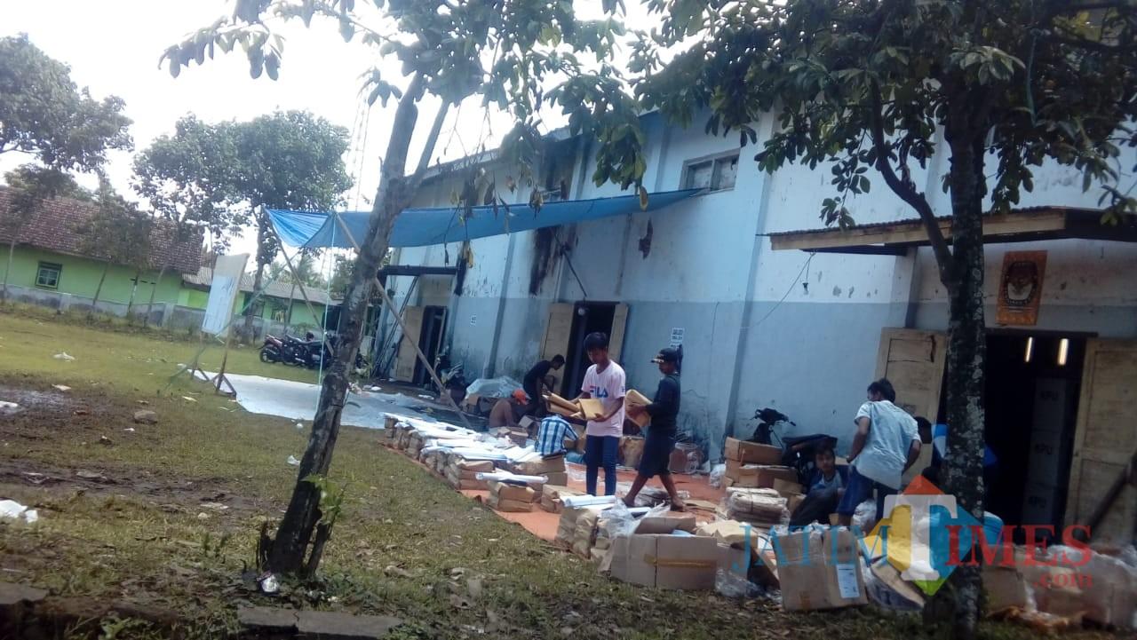 Beberapa petugas PPK Kecamatan Sumberbaru saat menjemur beberapa logistik Pemilu 2019. (foto : istimewa / Jatim TIMES)